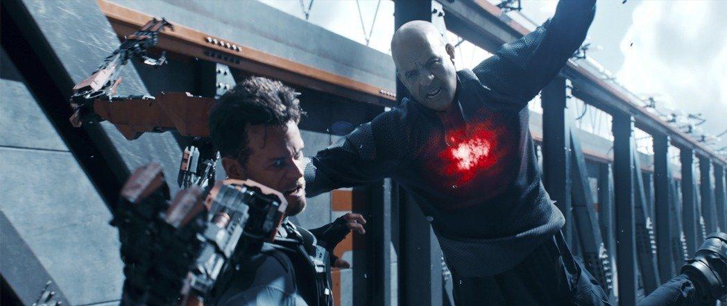 馮迪索(右)在「血衛」裡面挑戰極多高難度的動作戲。圖/双喜提供
