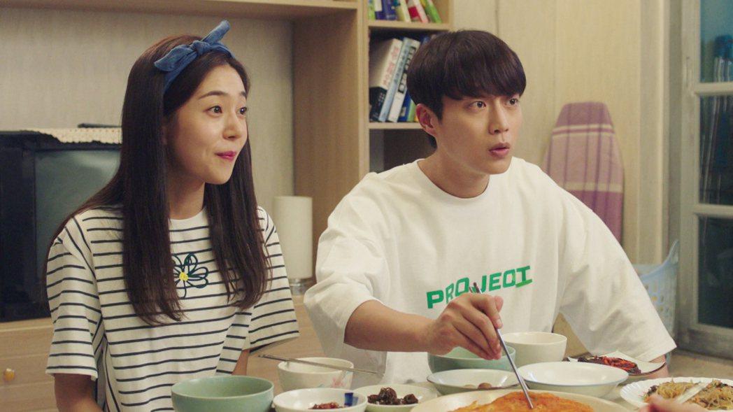 白珍熙(左)劇中帶尹斗俊回家吃飯。圖/東森提供