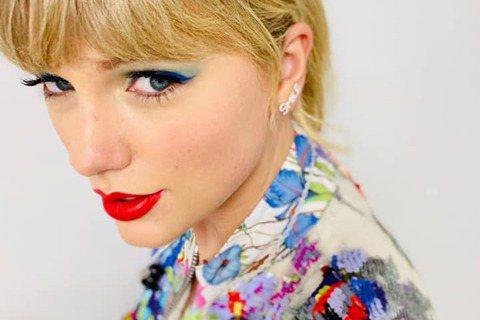 歐美疫情延燒,社群名人齊呼籲民眾正視疫情。英國女星蘇菲特納以措辭強烈的貼文提醒粉絲保持防疫作為,她說:「千萬不要跟該死的病毒開玩笑。」美國歌手泰勒絲則呼籲,「民眾應停止聚會。」超級名模海蒂克隆也表示...