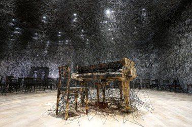 塩田千春的紗線:交織創傷、夢境、記憶的迴圈