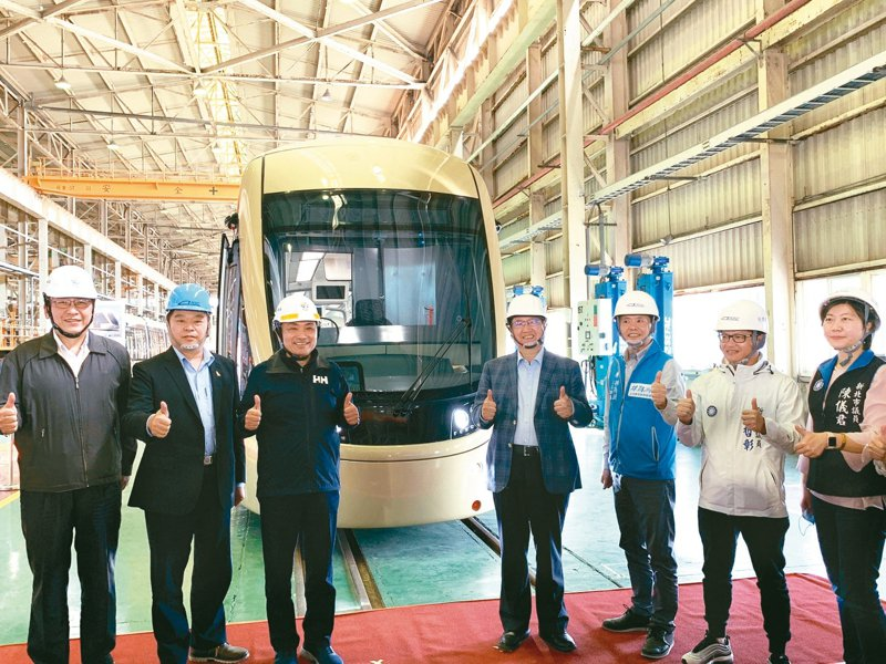 新北市捷運三環六線中的安坑輕軌首列車,已在新竹湖口的台灣車輛公司工廠內組裝完成,新北市長侯友宜(左3)昨天前往揭幕。 記者陳斯穎/攝影