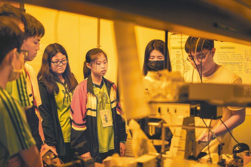 中山大學106年度起開放台南、高雄、屏東地區的高中學生申請共享實驗室資源,已有高雄高中等5所高中共69名學生參與,今年度繼續開放申請。 圖/中山大學提供