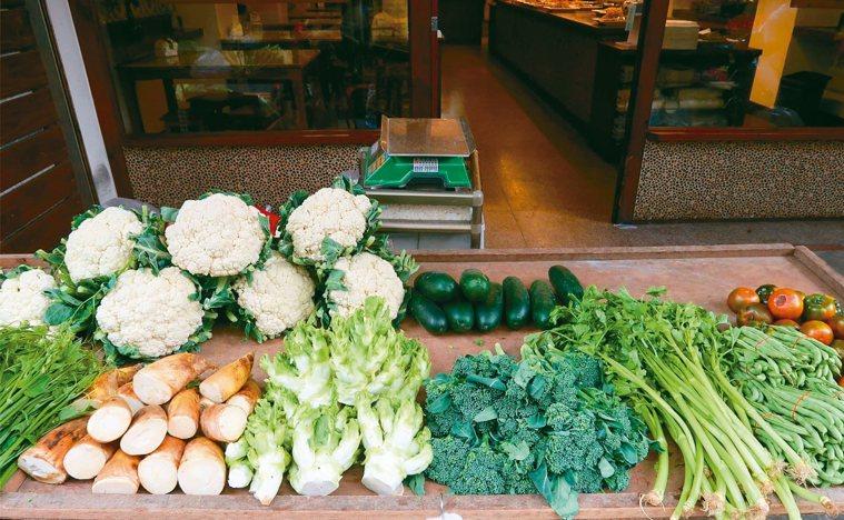 南投基督教醫院營養師教民眾多吃花椰菜、青椒護眼。 圖/南基醫院提供