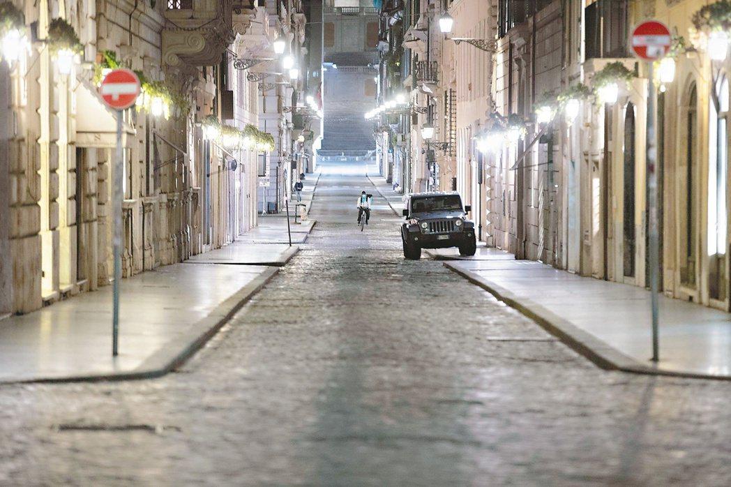 義大利進一步限縮國內經濟活動,除藥房外,其餘商店一律關閉,圖為羅馬的街道空無一人...