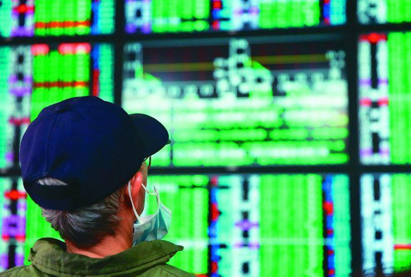 國際油價狂跌、美股期貨崩跌,台股本益比已經比十年均值還低。 圖/聯合報系資料照片