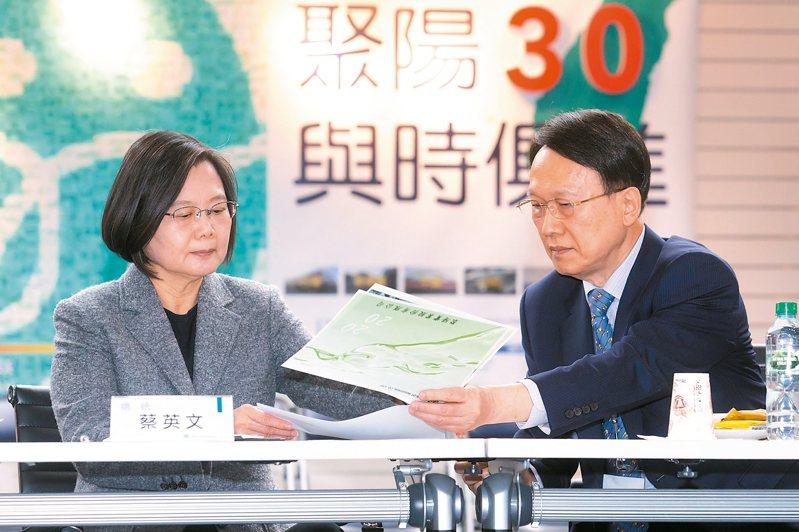 蔡英文總統(左)16日訪視聚陽,聚陽董事長周理平向蔡英文總統講解。 記者季相儒/攝影