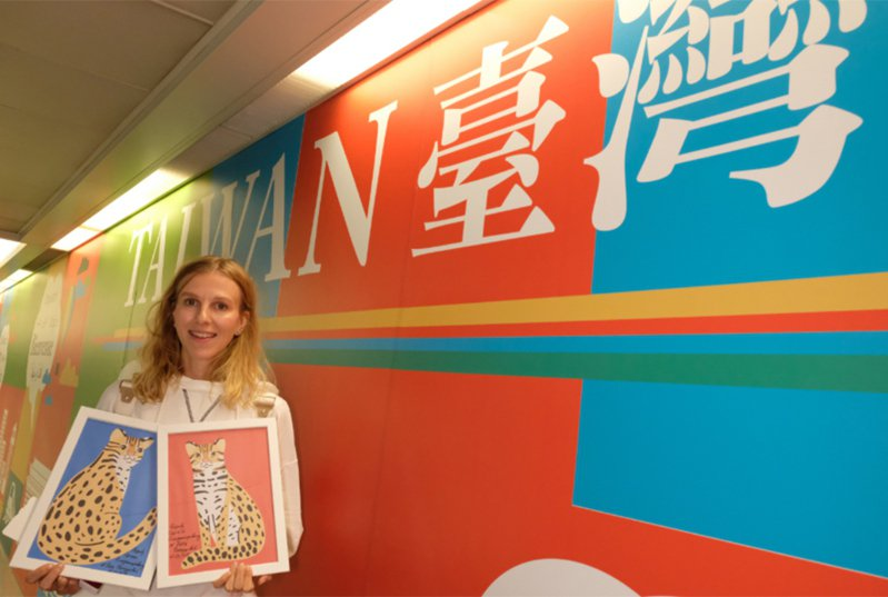 免費為台灣集集彩繪列車畫石虎的俄羅斯插畫家莫洛措娃(Katya Molodtsova)。 中央社資料照