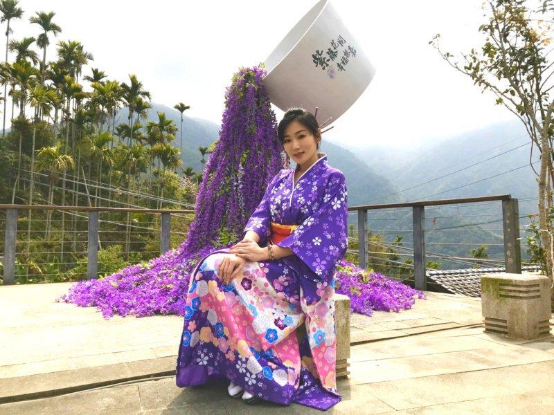 紫藤花季活動邀請網紅Michelle在「拈花舞茶」裝置藝術前代言,推撩妹金句「我...