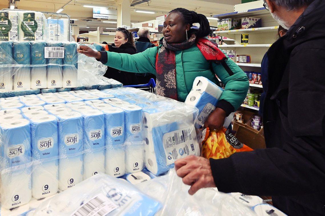 英國超市搶購衛生紙。 圖/法新社