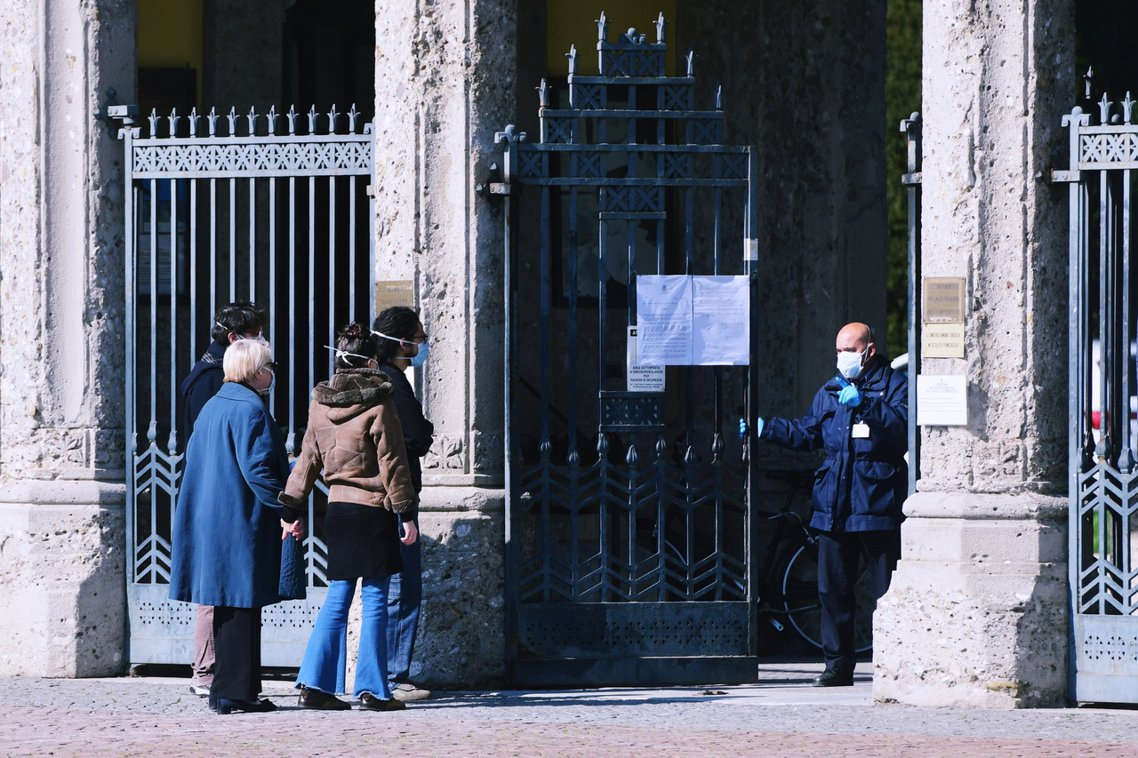墓園工作人員將大門關上。 圖/法新社