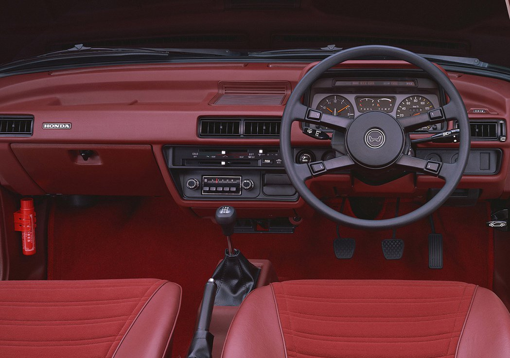 老款Accord的四輻方向盤顛覆了所有人的常識。 摘自Honda