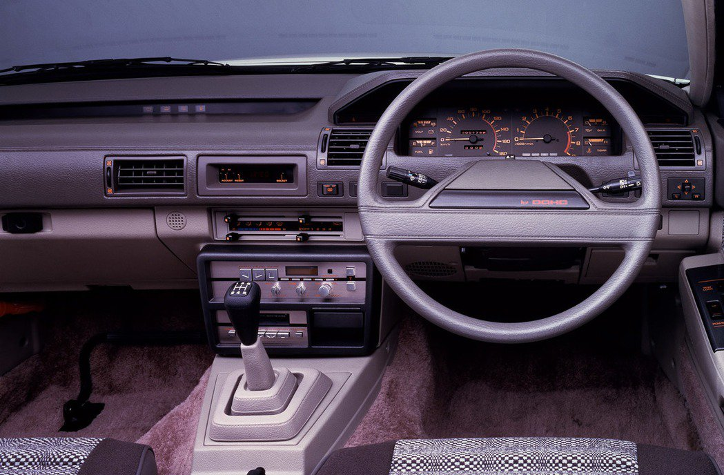 到了第四代為了凸顯Silvia的運動特質,改用富士山式方向盤更利於操駕。 摘自N...