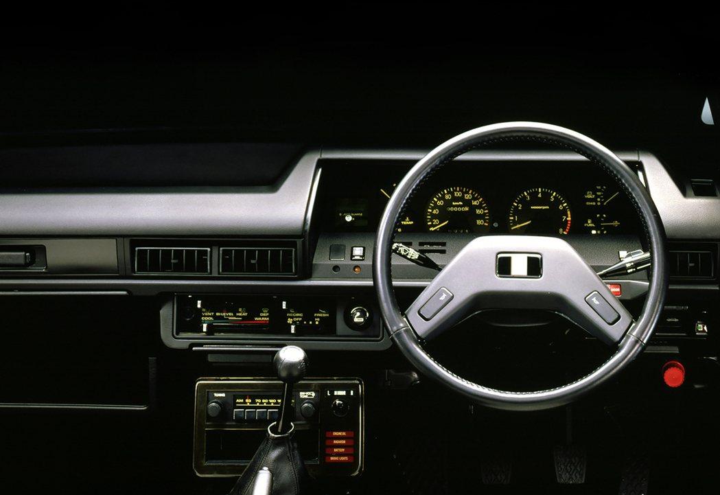 兩門的Toyota Corolla採用運動化的儀表板與迴旋鏢式方向盤。 摘自To...