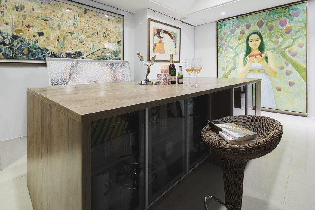 藏酒間華麗變身,集珍藏品收納展示、朋友聚會、工作使用等多功能於一室,讓蔡詩萍、林...