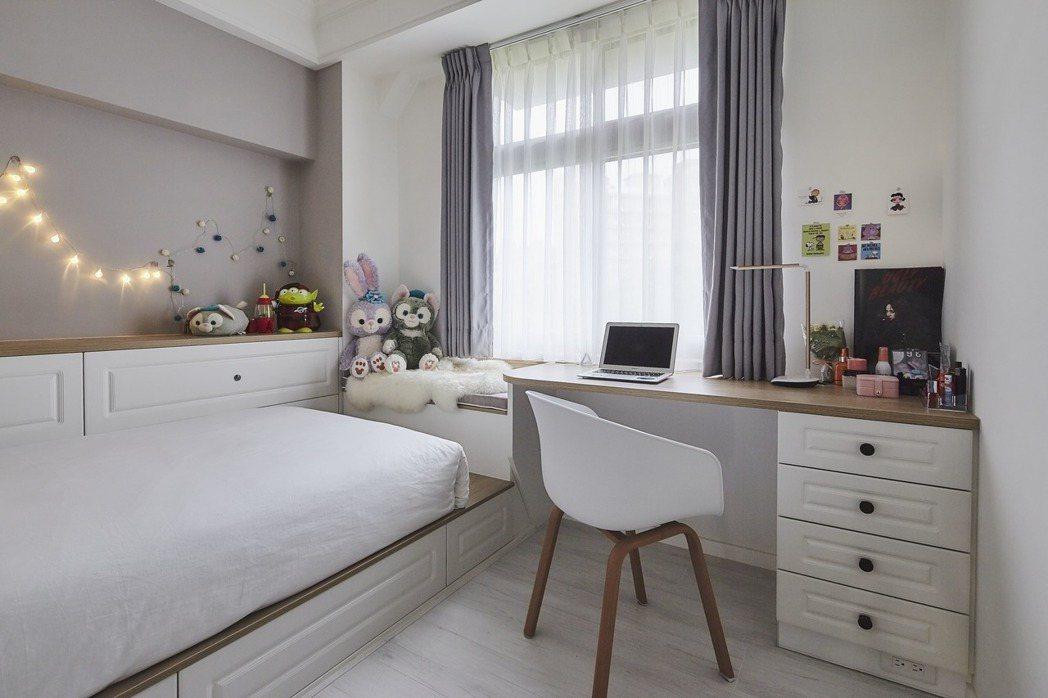 歐德設計師將床頭改向、書桌面窗,引來一室明亮,讓女孩閱讀時可以遠眺景觀,紓解課業...