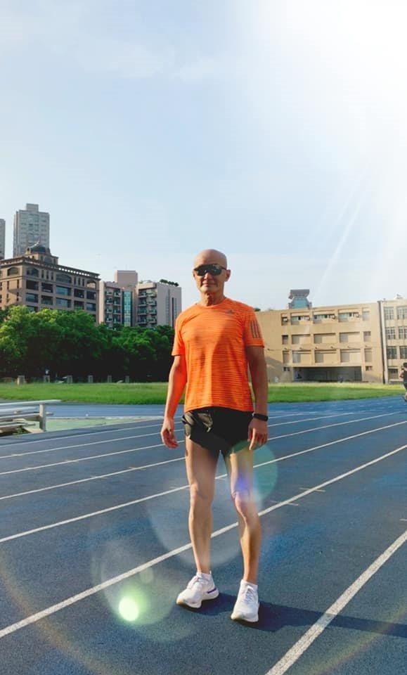 劉偉民是每天早起慢跑的人,身材結實挺拔,鍛鍊出更大的抗壓性。 圖/取自50+(F...
