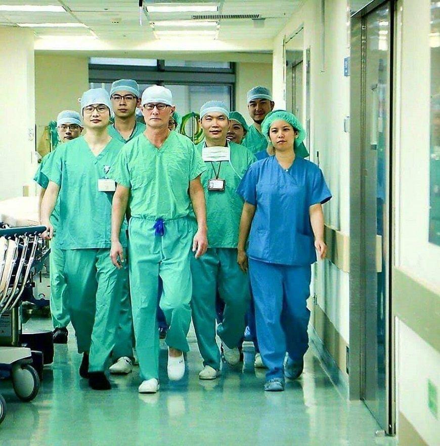 劉偉民(前排左2)和醫療團隊,已執行超過3,200例達文西手術。 圖/取自50+...