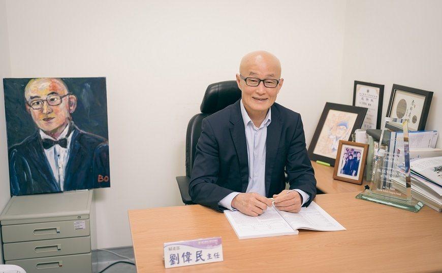 劉偉民常收治複雜且高風險的婦科案例,有許多患者術後以肖像畫來表達對他的感謝。 圖...