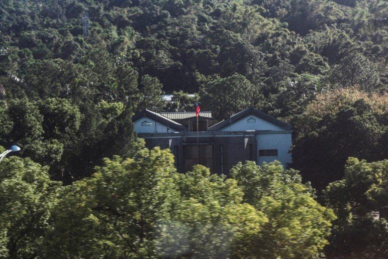 由捷運上可以眺望熱帶醫學研究所士林支所。 圖/作者自攝