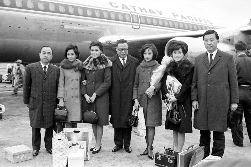圖為1967年,導演李行(右一),影星王莫愁(左三)等人赴港參加《英雄烈女》首映典禮後歸國。 圖/聯合報系資料照
