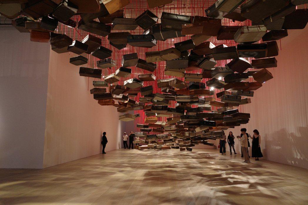 鹽田千春作品於東京森美術館展出。 圖/楊偉成拍攝