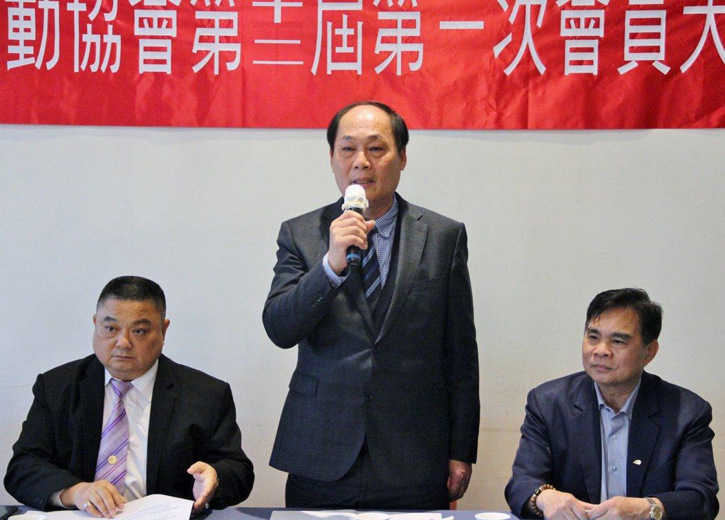 福鎰銅器有限公司負責人胡伯服(中),眾望所歸高票當選第十二屆理事長。 戴辰/攝影