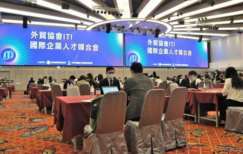 ITI在防疫期間舉辦才媒合會,特別加寬面談桌距,圖為新竹場畫面。  貿協/提供