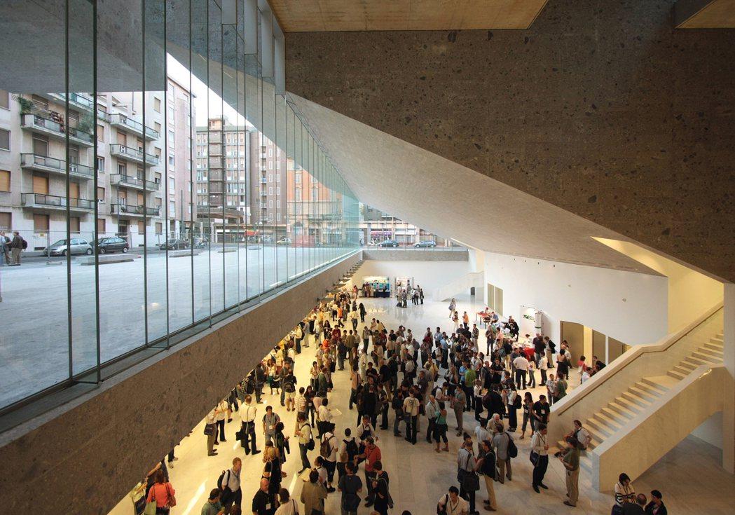 大量引入自然光的義大利博科尼大學米蘭校區。 圖/ Alexandre Soria...