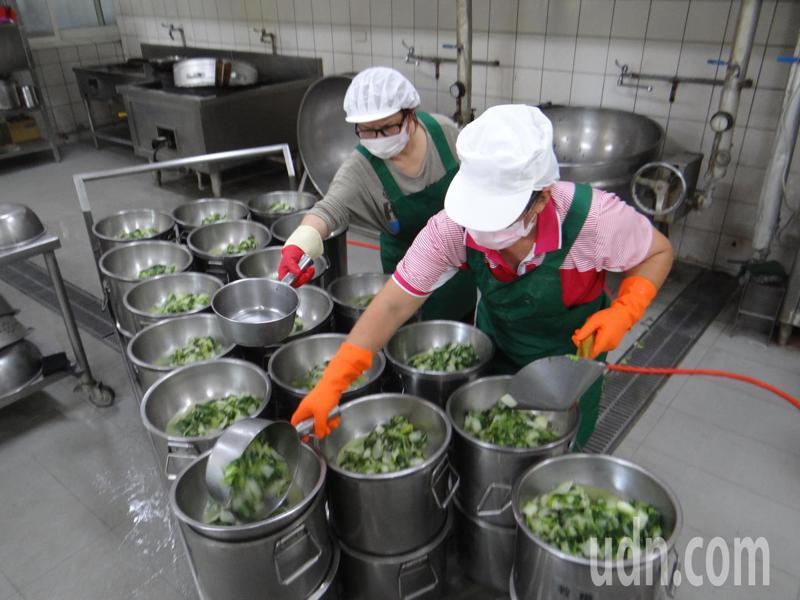 雲林縣府即日起全面收購葉菜救農,轉贈給各校加菜,提倡多吃蔬菜加強防疫保健,一舉兩得。記者蔡維斌/攝影