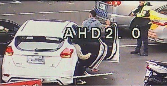 台中市藍姓男子前天酒駕還違規占據慢車道,且拒絕警方調查,警員拿出警槍喝令車內三人下車。記者陳宏睿/翻攝