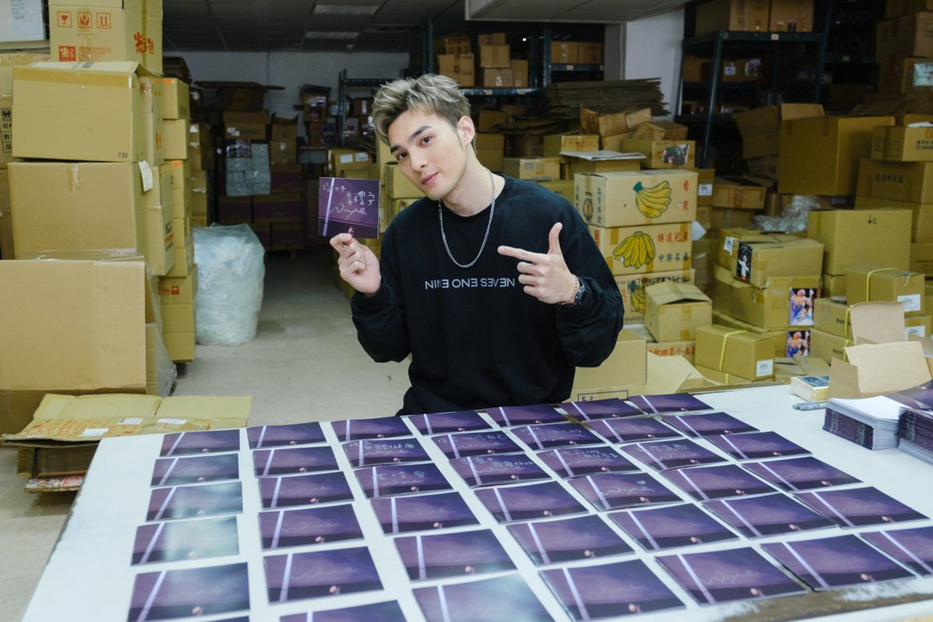 黃偉晉因疫情取消簽唱會,到工廠替預購專輯的粉絲簽名。圖/愛貝克思提供