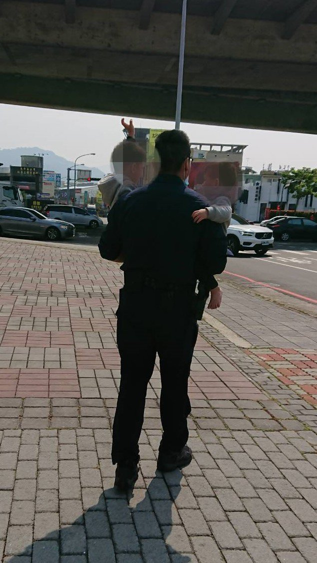 台中市太平一對分別2歲半及一歲半的兄弟,今清晨7時40分許自己走出家裡在外遊蕩,警方據報趕往,把他們先帶回派出所。圖/截取自臉書我是太平人