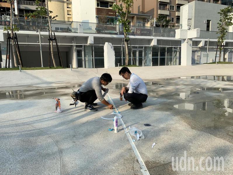 台南市河樂廣場今天休園,工作人員檢查時發現伸縮縫損壞。圖/台南市工務局提供