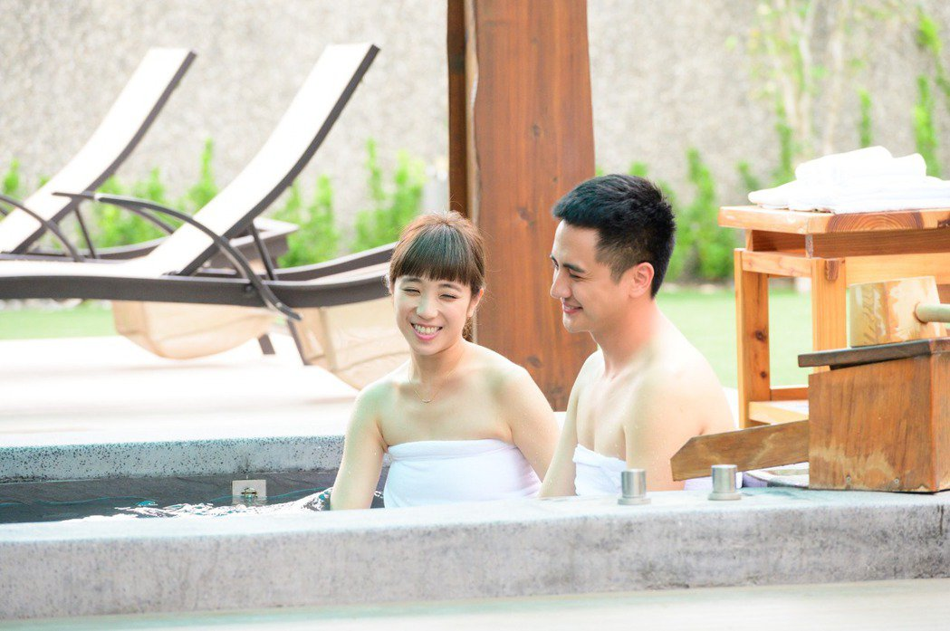 梁舒涵(左)、曾子余泡鴛鴦浴。圖/TVBS提供