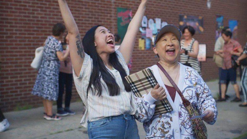 奧卡菲娜(左)今年甫獲金球獎影后,日前則在「奧卡菲娜成長記」與奶奶共同搞笑。圖/...