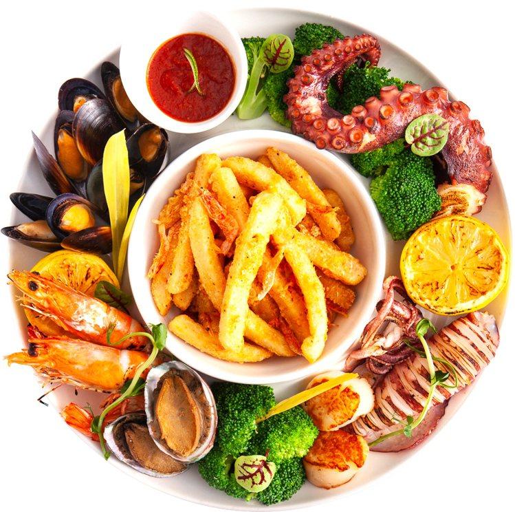 集結櫻花蝦薯條、鮮乾貝、甜白蝦、小淡菜、碳烤透抽、慢燉章魚腳的熱海鮮拼盤,每日限...