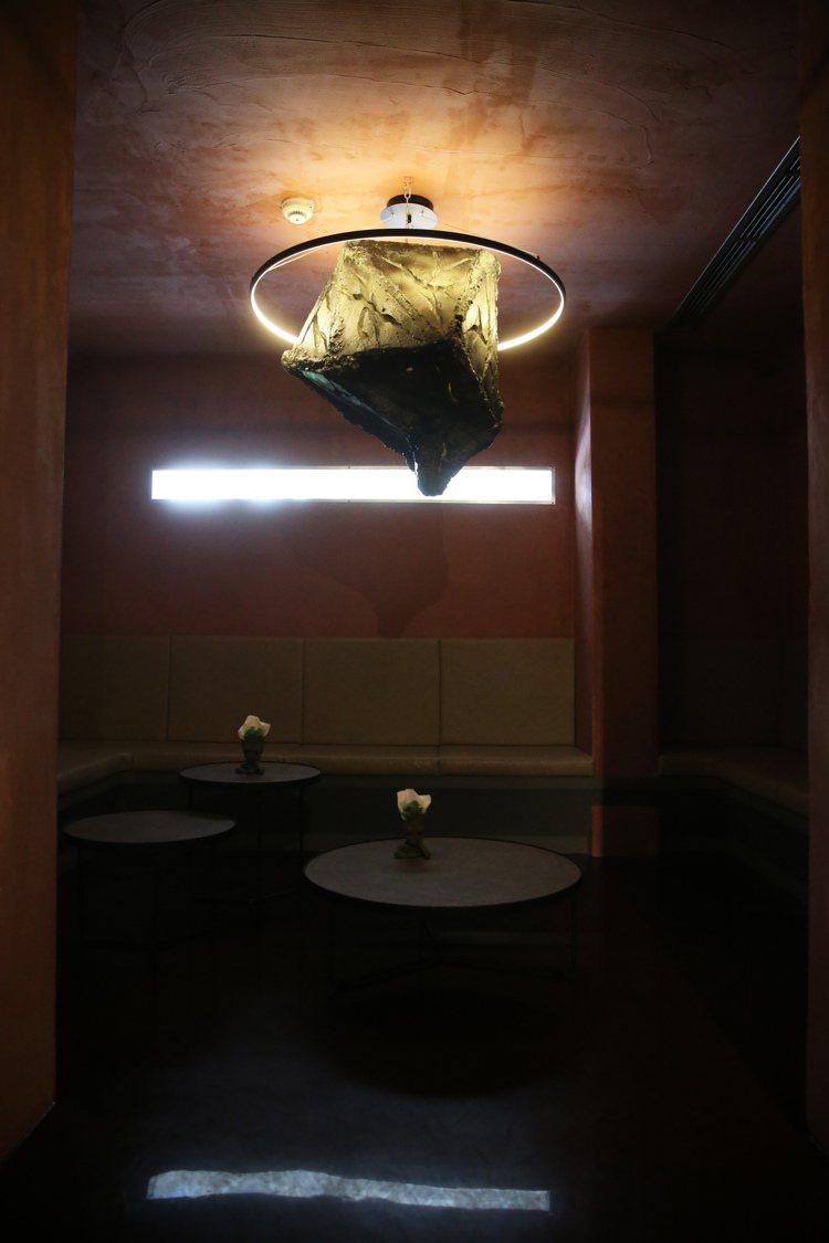 由模板與環狀LED打造的隕石造型燈具,成為VIP包廂的奇趣亮點。 記者徐兆玄╱攝...