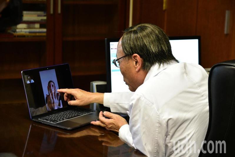 嘉義縣大林慈濟醫院長賴寧生(右)日前透過視訊連線,與來自香港、新加坡的國際病患完成國際遠距問診、開藥。圖/大林慈濟醫院提供