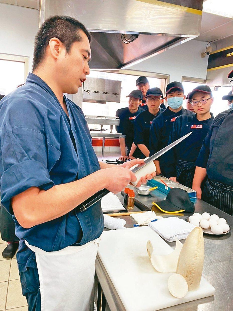 大華科大邀請佐藤主廚,分享日本料理從壽司米洗米、醋飯製作等步驟,還展示削蘿蔔薄片。 圖/大華科技大學提供