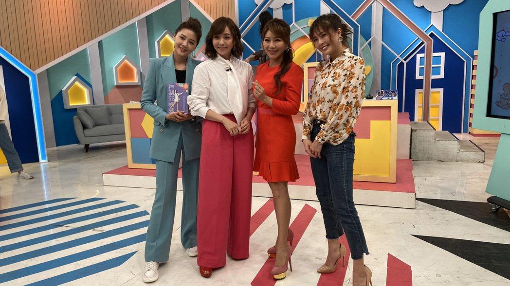 季芹(左二)和佩甄(右二)今錄「媽媽好神之俗女家務事」。記者林怡秀/攝影