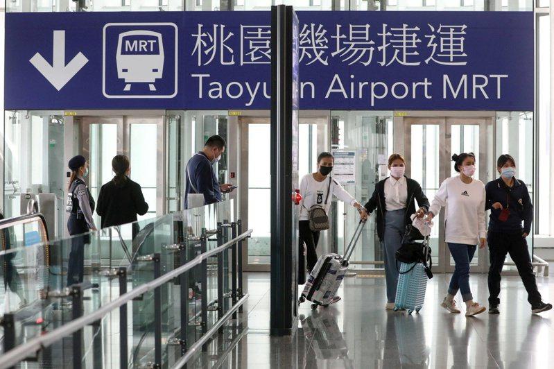 一名網友PO文提到,台灣確診人數不斷飆升,境外移入的病例算大宗,於是他就猜測並詢問網友「台灣會因為境外大爆發吧?」示意圖。路透社