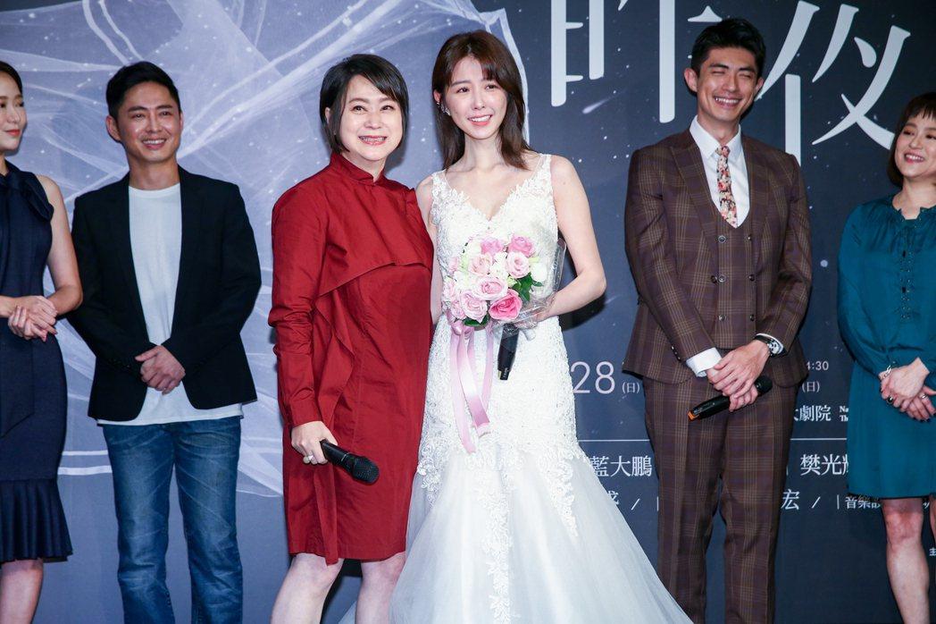 已故屏風表演班創辦人李國修經典作品《昨夜星辰》將再現舞台,藝術顧問王月(左)與女