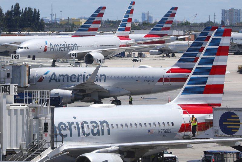 美國航空一名乘客開玩笑說自己感染新冠肺炎,導致班機延誤八小時。圖為美國航空飛機資料照片。 美聯社