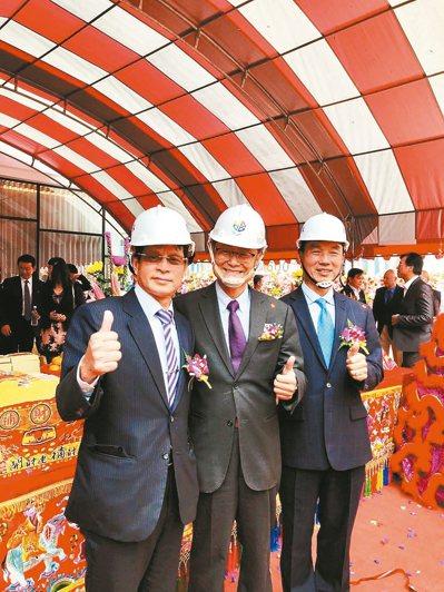 華泰銀總經理陳宏徵(左起)、新北市副市長陳純敬、盈寶建設總經理林進財。 圖/華泰銀行提供
