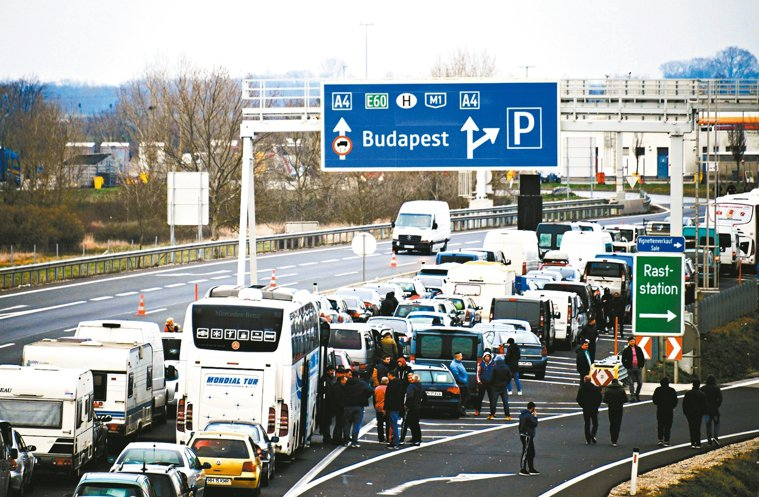 奧地利和匈牙利邊界因為管制,車輛大排長龍。 歐新社