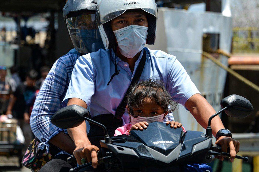 印尼新冠肺炎確診激增,卻有近8成病例感染途徑不明。 法新社