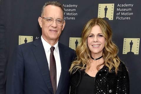 奧斯卡影帝湯姆漢克斯(Tom Hanks)和妻子麗塔威爾森(Rita Wilson)日前確診新冠肺炎,昨(17日)傳出夫妻倆已出院,並回家自主隔離。他今天在IG曝光近況,「謝謝幫助我們的人,讓我們照...