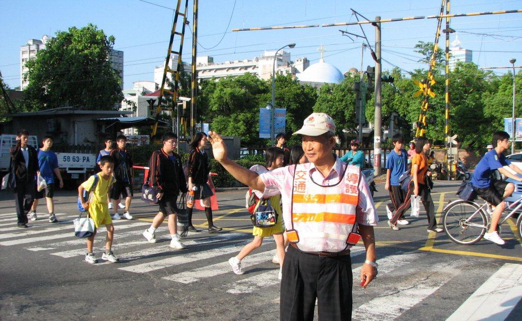 由退休老人組成的團體,幫助社區維護交通安全,協助學生過馬路,就像英國「棒棒糖大媽...