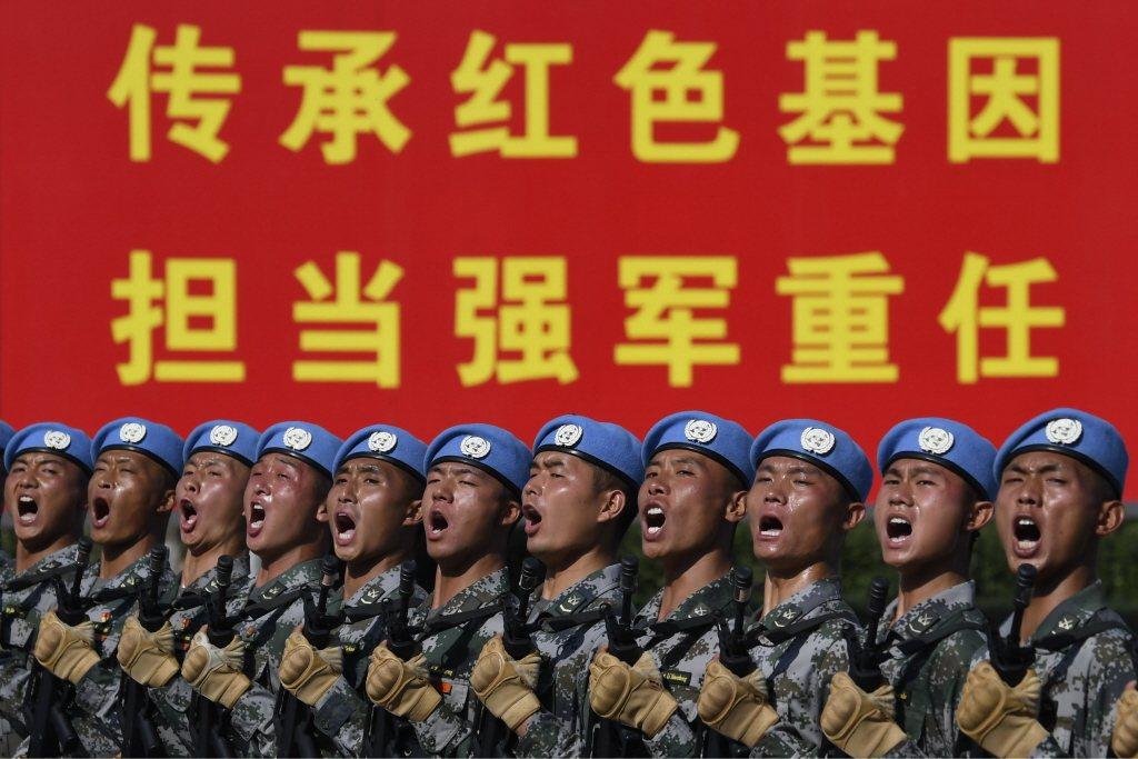 解放軍軍費每年以兩位數成長,但軍隊規模不減反縮。 圖/路透社