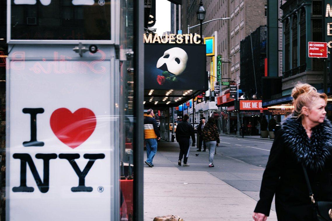 「這次的百老匯關閉,真的是史無前例...」圖為紐約曼哈頓的百老匯劇場區。 圖/法...